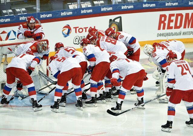 Jogadores da seleção russa de hóquei na partida da primeira etapa entre a Rússia e República Tcheca durante Euro Hockey Tour de 2017/2018
