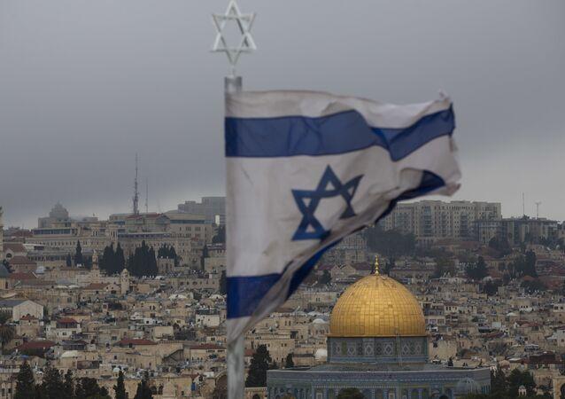 Bandeira israelense com a Cidade Velha de Jerusalém em fundo, 6 de dezembro de 2017
