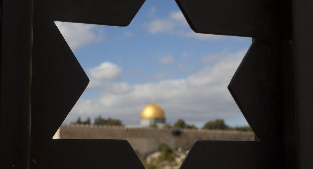 Cúpula da Mesquita Al-Aqsa na Cidade Velha, vista de uma porta em forma da Estrela de Davi, Jerusalém