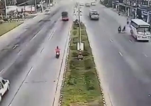'Roda da morte': pneu solto atropela motoqueiro