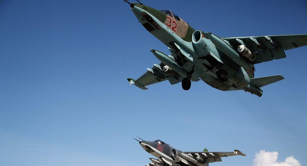 Caças russos Su-25 decolando da base aérea em Hmeymim, Síria (foto de arquivo)