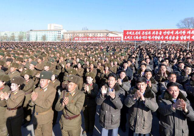 Manifestação celebrando o lançamento do míssil Hwasong-15