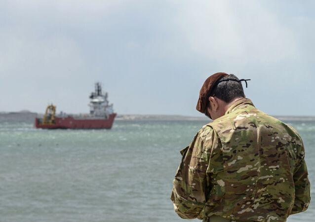 Militar da Marinha norte-americana no porto de Comodoro Rivadavia na partida do navio Sophie Siem