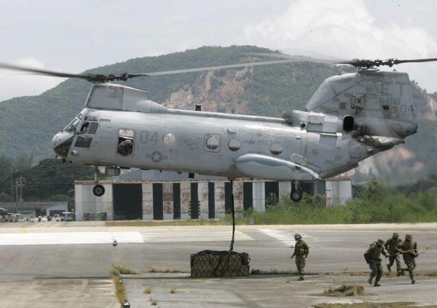 Soldados norte-americanos preparam carga que será levada pelo helicóptero norte-americano CH-53, Tailândia (foto de arquivo)