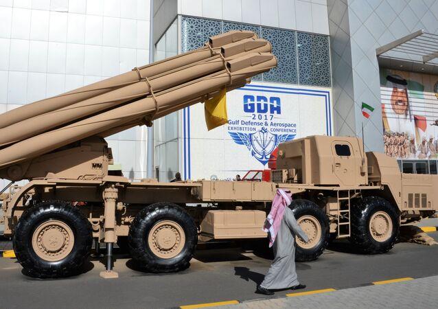 Lança-foguetes russo Smerch durante a exposição internacional de armamentos Gulf Defence & Aerospace 2017 na cidade de Kuwait