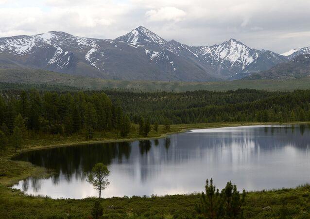 Um lago na região russa de Altai (foto de arquivo)