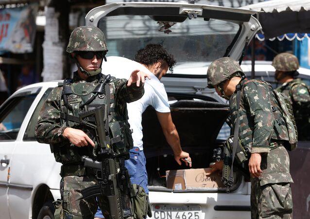 Exército faz operação na favela Nova Holanda, no Complexo da Maré, zona norte do Rio de Janeiro.