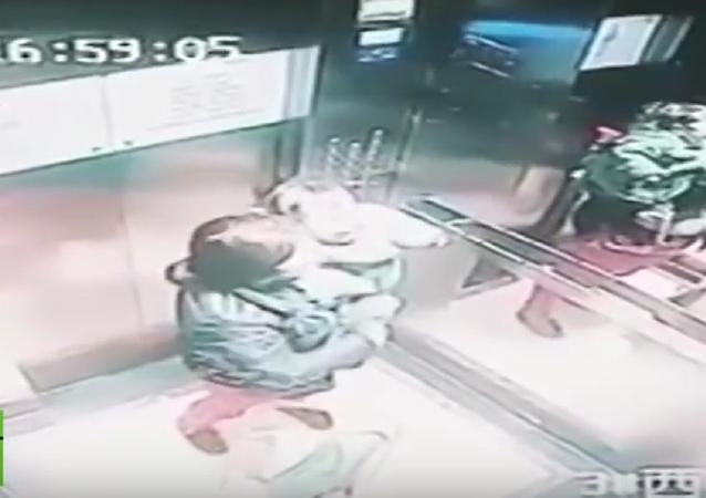 Babá golpeia criança na China.