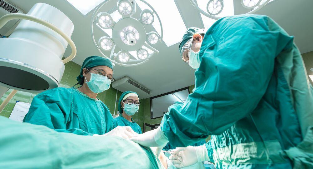 Médicos realizando uma operação