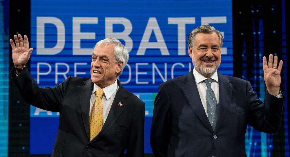 Sebástián Piñeira (esq) e Alejandro Guillier participam do último debate na TV