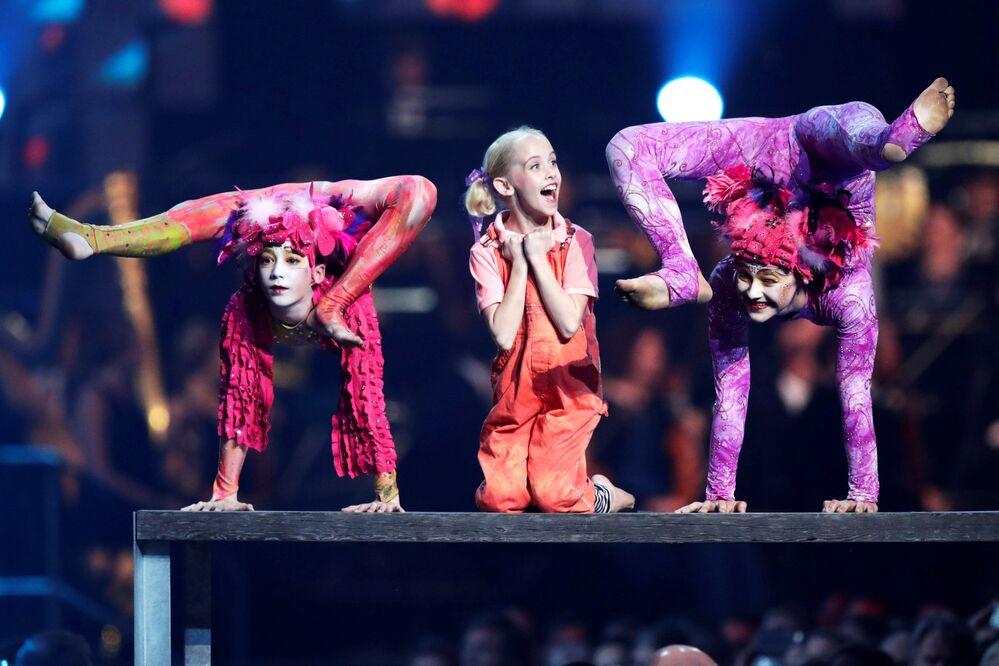 Dançarinas da banda Le PeTiT CiRqUe dão show no âmbito da cerimônia de entrega do prêmio Nobel da Paz