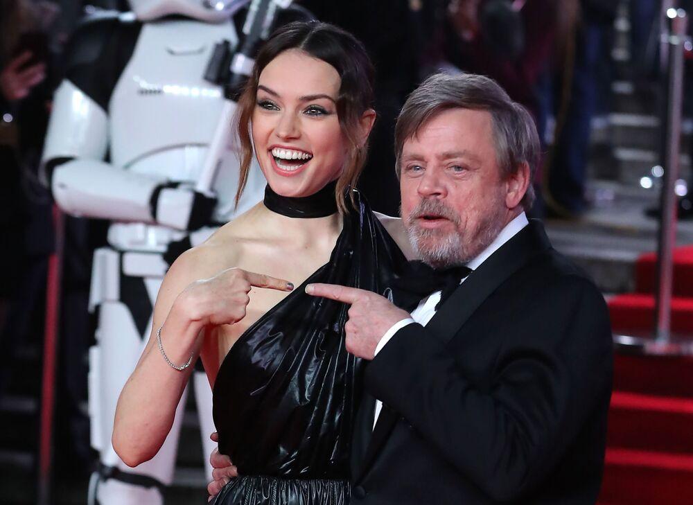 Atriz Daisy Ridley e ator Mark Hamill posam no tapete vermelho durante estreia europeia do Star Wars: Os Últimos Jedi