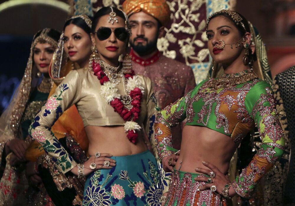 Modelos durante o show Ali Xeeshan na semana de moda nupcial no Paquistão
