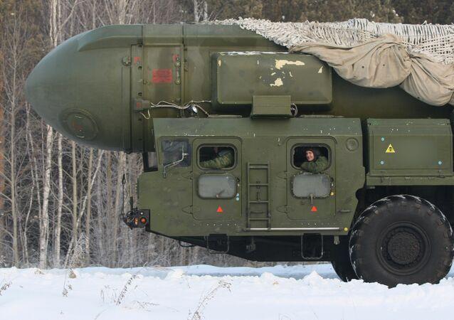 Míssil balístico intercontinental RT-2PM Topol se dirige ao local do seu baseamento permanente na Região Militar Central