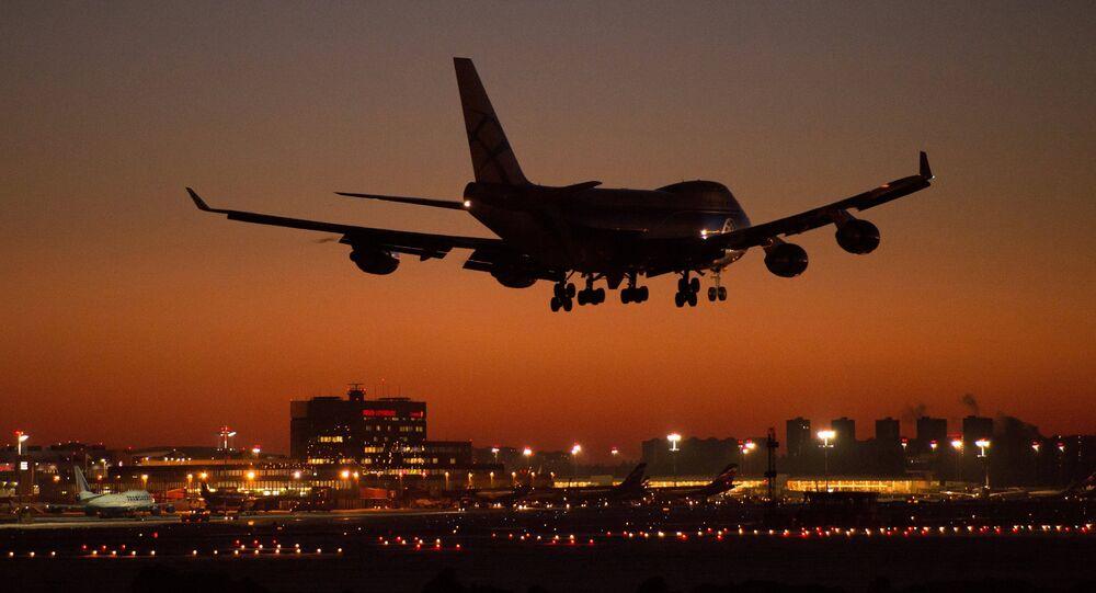Boeing 747 aterrissando no aeroporto Sheremetyevo, em Moscou, Rússia