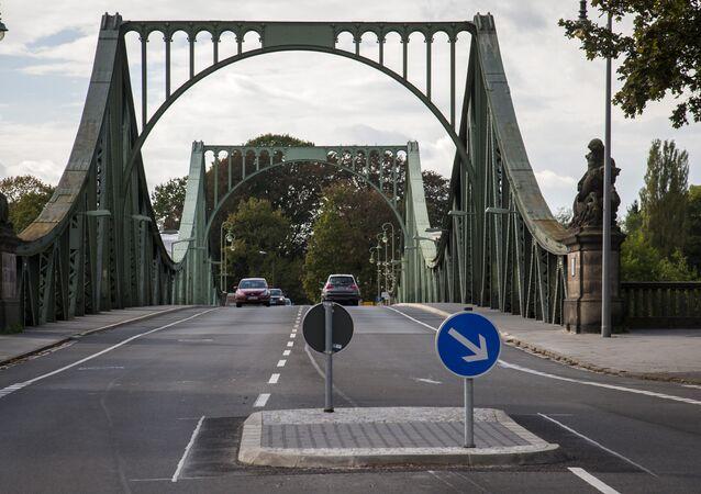 Ponte Glienicke (Glienicker Brücke), em Berlim, sobre o rio Havel, conectando a capital alemã com a cidade de Potsdam