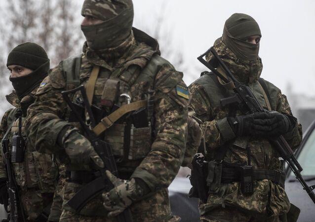 Soldados ucranianos patrulham o centro de assistência humanitária em Avdiivka, Ucrânia