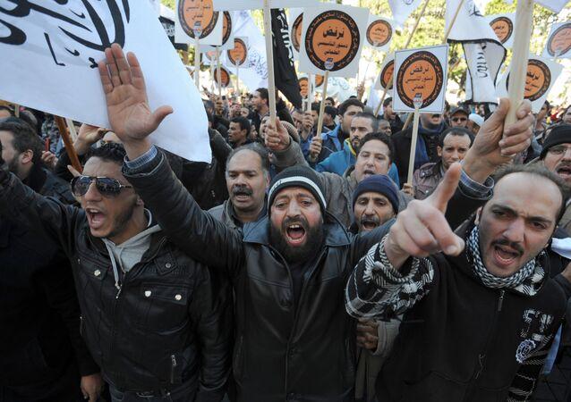 Manifestantes durante protesto organizado por apoiantes do grupo radical islamista Hizb ut-Tahrir na Tunísia (foto de arquivo)