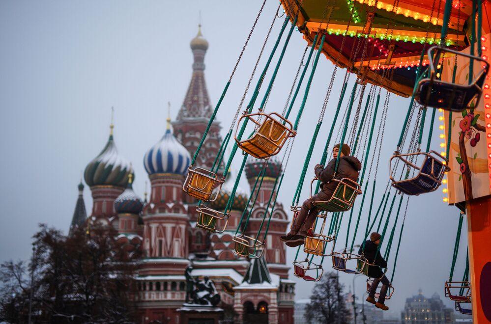 Crianças andam de carrossel na Praça Vermelha, em Moscou, nas vésperas do Ano Novo