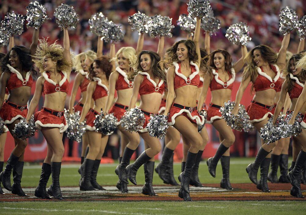 Animadoras de torcida da equipe Tampa Bay Buccaneers se apresentam durante um intervalo na partida da NFL contra o time Atlanta Falcons, em 18 de dezembro de 2017, em Tampa, no estado da Flórida