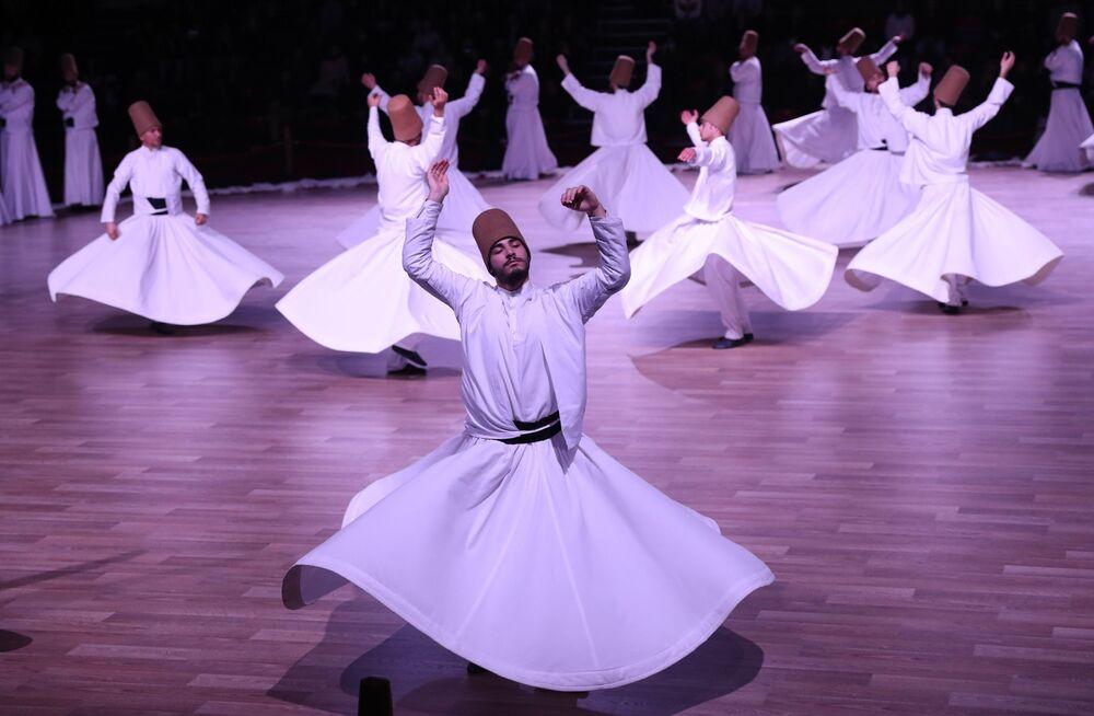 Dervixes (praticantes do islamismo sufista, ou seja, perseguidor do caminho ascético da chamada Tariqah) dançam durante um dos rituais, em 19 de dezembro de 2017, na Turquia