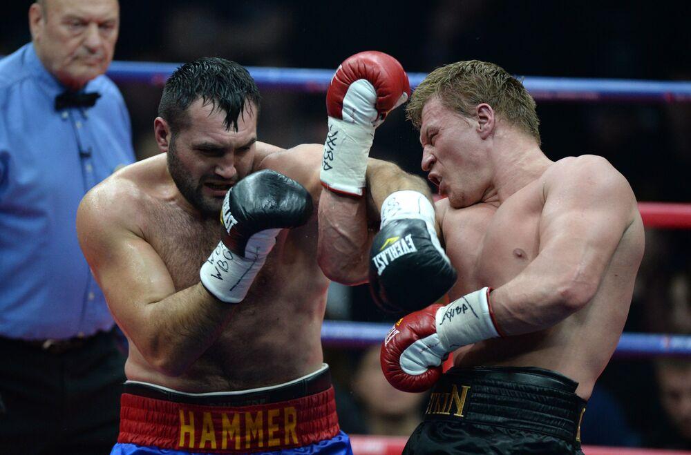 Boxeador romeno Christian Hammer luta contra o russo Aleksandr Povetkin em um combate pelo direito de virar candidato ao título WBA Super na categoria superpesada