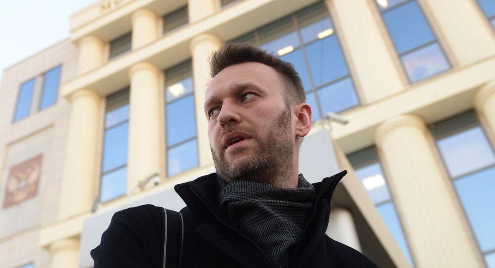 Político Aleksei Navalny é visto perto do edifício do Tribunal da cidade de Moscou