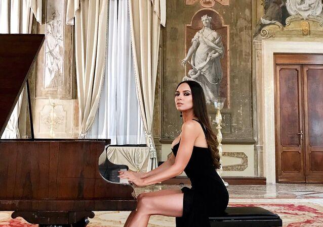 Lola Astanova, representante da Escola de Piano da Rússia