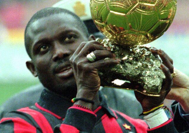 George Weah levanta a bola de ouro durante partido da liga italiana, em janeiro de 1996.
