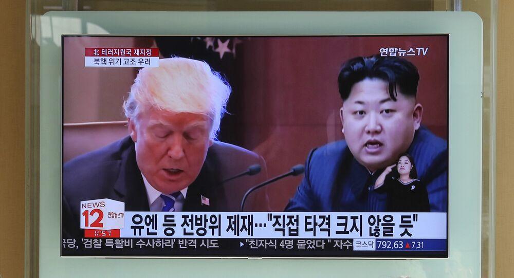 Tela de televisão mostrando presidente norte-americano Donald Trump e líder norte-coreano Kim Jong-un em Seul, Coreia do Sul