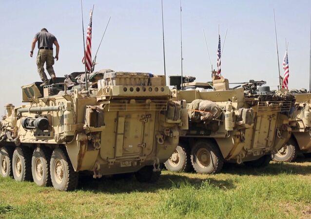 Soldado norte-americano em cima de um veículo blindado na Síria