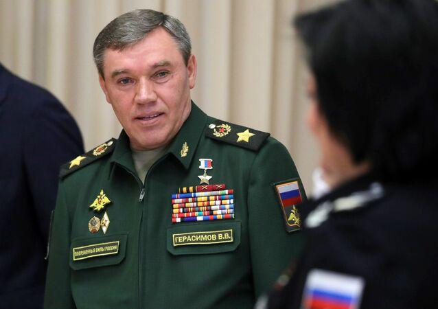 O chefe do Estado-Maior General das  Forças Armadas da Rússia, general Valery Gerasimov é visto em 16 de maio durante uma reunião do Ministério da Defesa com o presidente Vladimir Putin