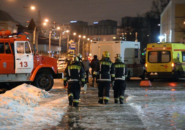 Agentes do Ministério para Situações de Emergência perto do supermercado em São Petersburgo que foi atingido por explosão, 27 de dezembro de 2017