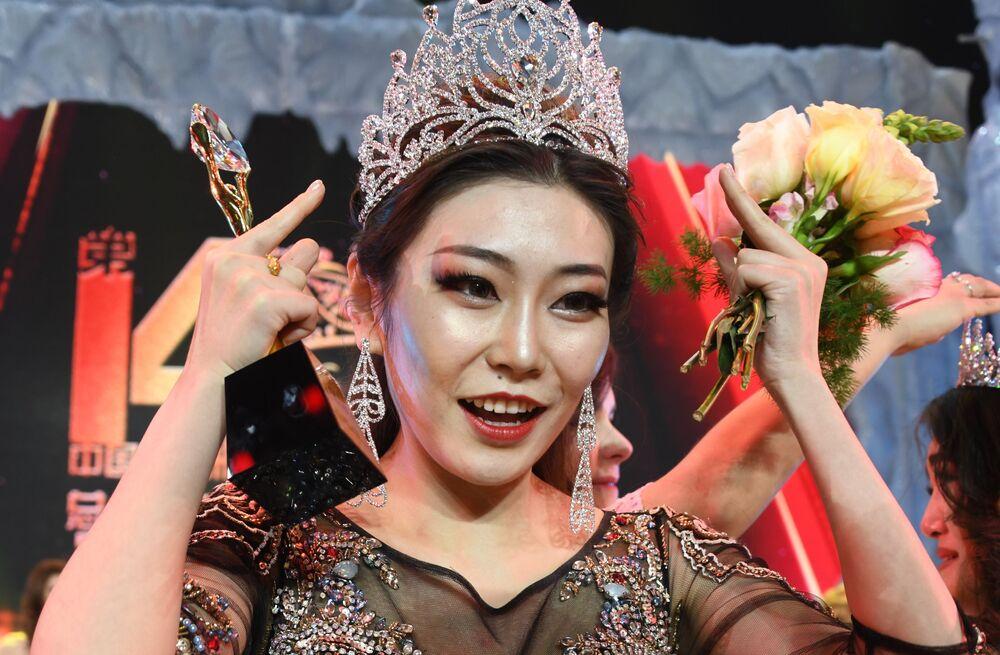 Si Bing, estudante chinesa da cidade de Hulunbuir, que conquistou a coroa do concurso internacional Embaixadora da Beleza 2017