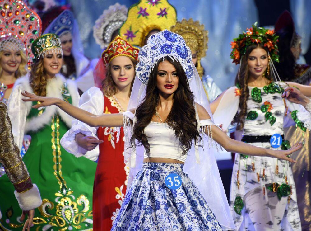 Svetlana Andrusova (no centro), residente da cidade russa de Chita, que conquistou o título da segunda vice-Miss do concurso internacional Embaixadora da Beleza 2017