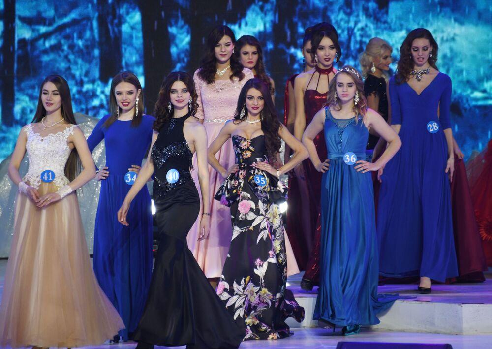 Svetlana Andrusova (no centro, №35), residente da cidade russa de Chita, que conquistou o título da segunda vice-Miss do concurso internacional Embaixadora de Beleza 2017