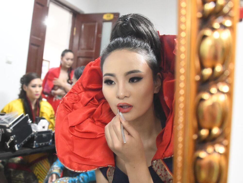 Participantes da competição Embaixadora da Beleza 2017 se preparam para sair ao palco
