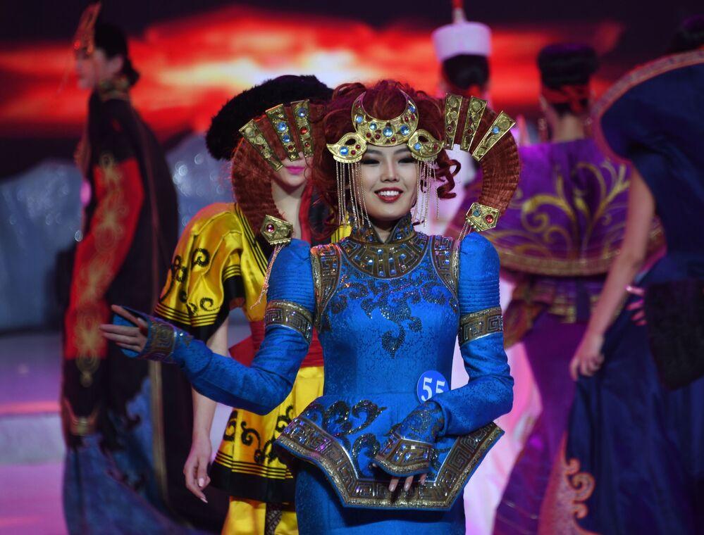 Candidatas à Embaixadora da Beleza 2017 se apresentam no palco durante o show