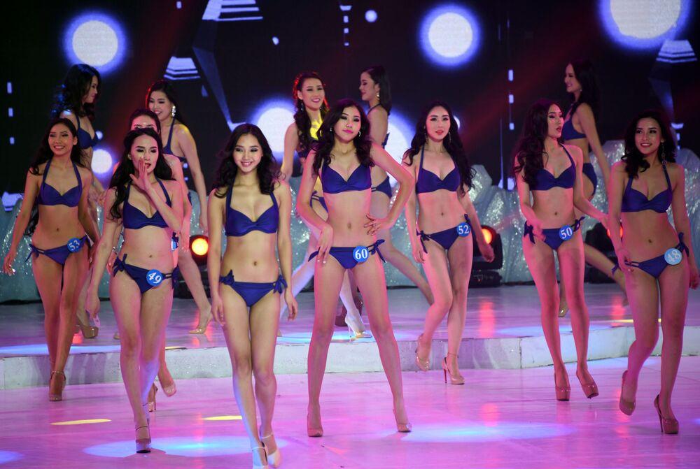 Participantes da competição Embaixadora da Beleza 2017 no desfile de biquíni