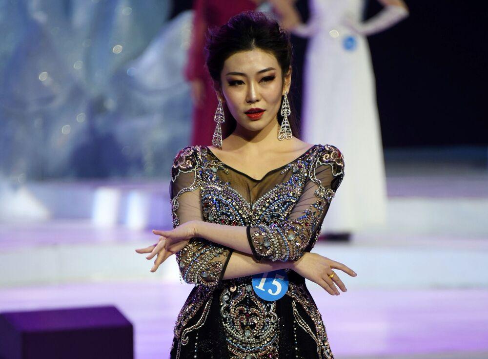 Si Bing, estudante chinesa da cidade de Hulunbuir, que levou o primeiro lugar do concurso internacional Embaixadora da Beleza 2017, se apresenta no palco