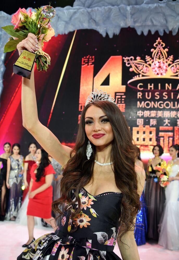 Svetlana Andrusova, residente da cidade russa de Chita, que conquistou o título da segunda vice-Miss do concurso internacional Embaixadora de Beleza 2017