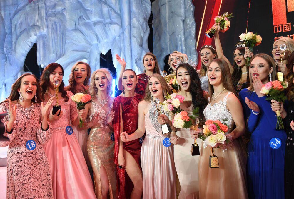 Participantes da competição Embaixadora da Beleza 2017 se reúnem no palco