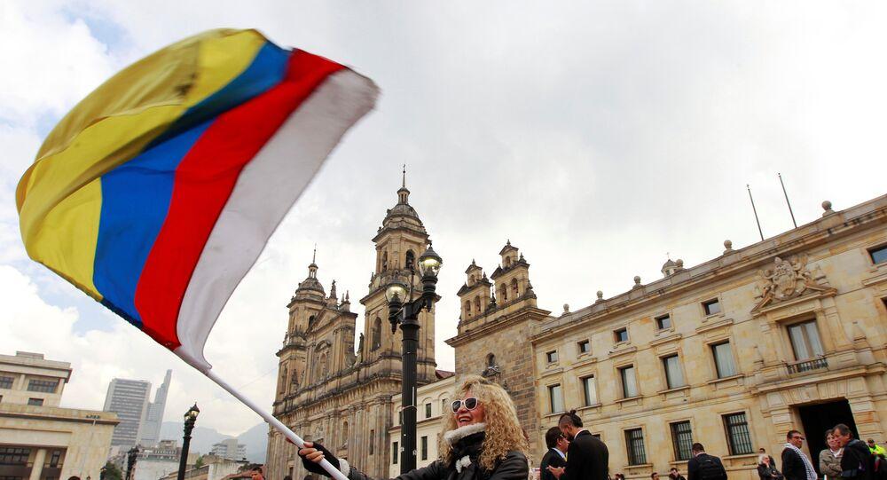 Pessoas se manifestam nas ruas de Bogotá, por ocasião da assinatura do novo acordo de paz entre o governo e as FARC, 25.11.2016