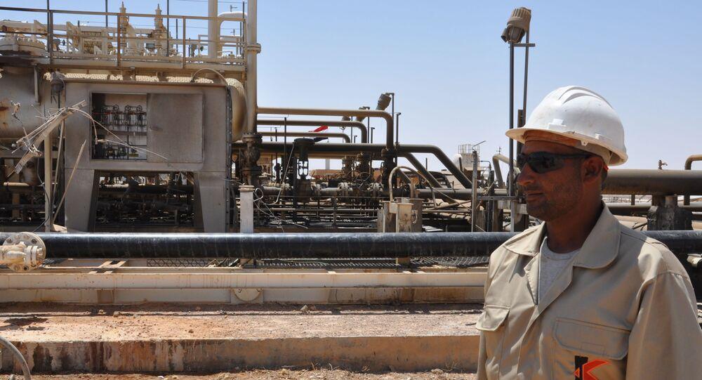 Trabalhador em frente ao campo de gás da cidade de Arak, na Síria. 9 de julho de 2017.