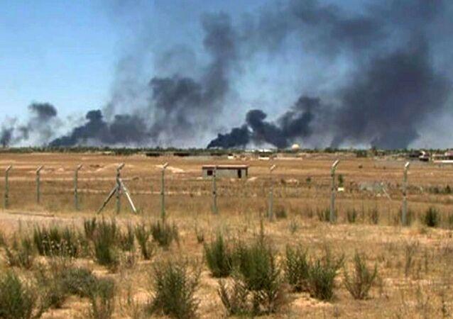 Refinaria de Baiji, no Iraque, em chamas após ataque do Estado Islâmico em 7 de maio de 2015.