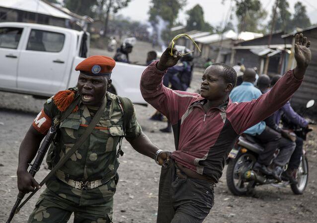 Um homem é preso pela polícia militar após ter tentado bloquear uma estrada com pedras