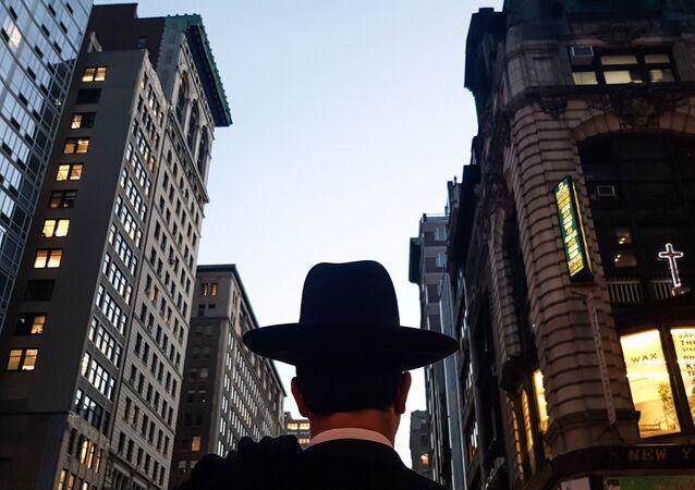 Homem caminha pela Quinta Avenida, em Nova York (foto de arquivo)