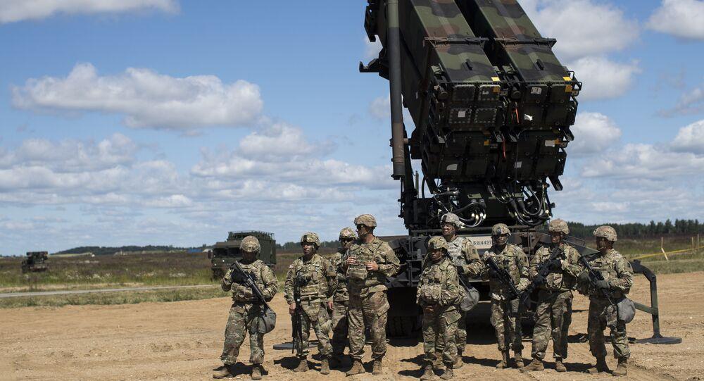 Militares do exército norte-americano na base aérea de Siauliai, Lituânia