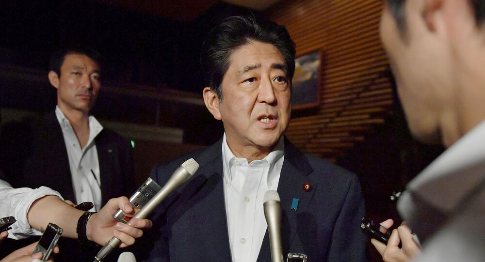 Shinzo Abe, primeiro-ministro japonês falando aos jornalistas em Tóquio, Japão