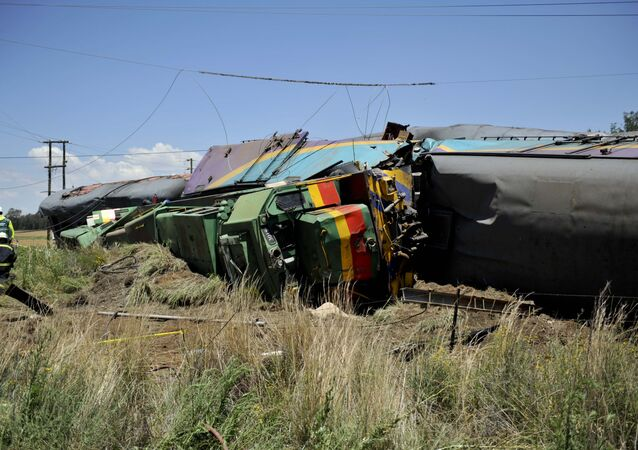 Vagões destruídos do trem que colidiu com um caminhão perto do povoado de Kroonstad na África do Sul, 4 de janeiro de 2018 (imagem referencial)